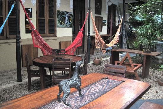 Pousada Casa Áurea Boutique : Inner courtyard and large common room