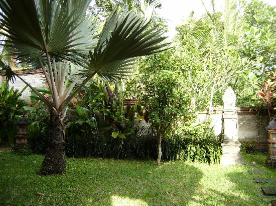 Melati Cottages: Jardin privado del bungalow