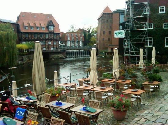 Hotel Altes Kaufhaus: Cafes nearby the Altes Kaufhaus Hotel on the Ilmenau River