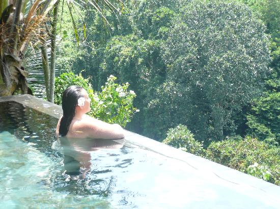 Hanging Gardens of Bali: me recapturing their photo on their website !