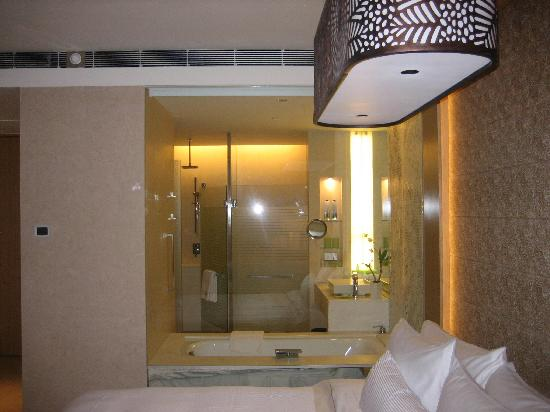 Westin Gurgaon, New Delhi: View of bath from sleeping area