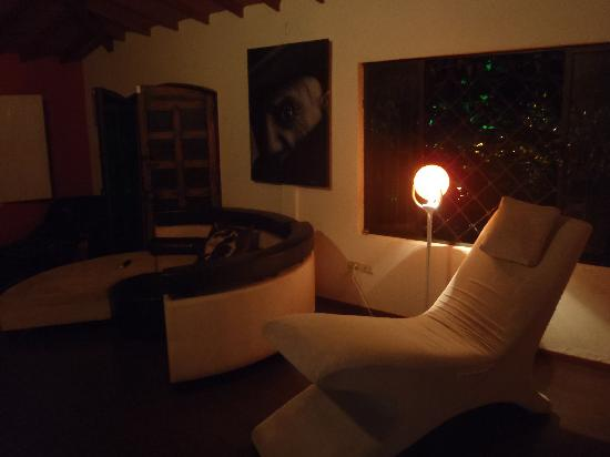 Secret Buddha Hostel Medellin: This picture of the lounge area gives a nice indication of the style of the hostel