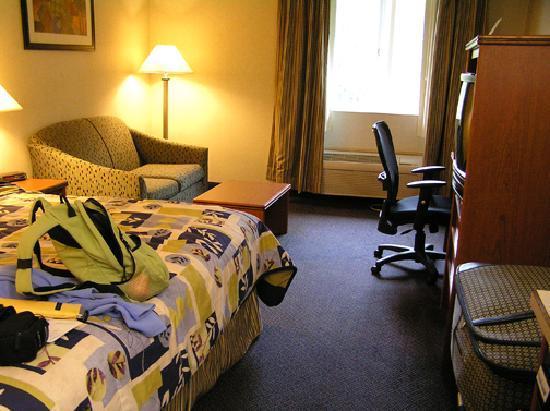 Best Western Sandy Inn : Cute bedspread, spacious room.