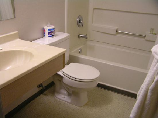 Super 8 Kelso Longview Area: Clean is all that counts in a bathroom!