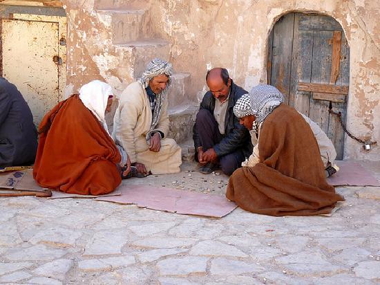Tataouine, Tunisie : gli anziani che giocano a domino