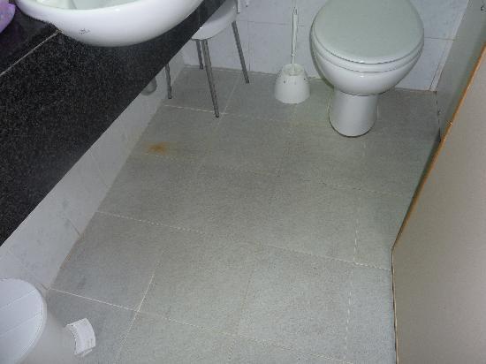 Mellieha Bay Hotel: Apparently Clean Bathroom Floor