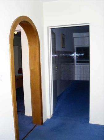 Hotel Kubrat Berlin Mitte: Ingresso e stanza con frigobar