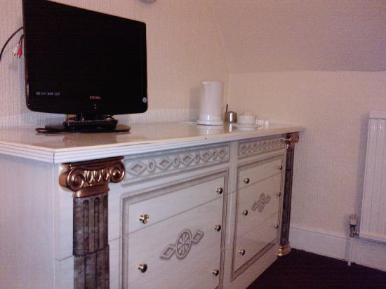Hazeldean Hotel: Room 17 tv and main unit