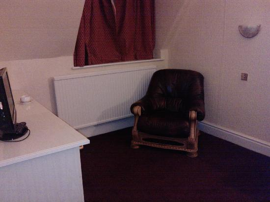 Hazeldean Hotel: Room 17 large comfortable chair
