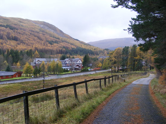 ‪‪Tyndrum‬, UK: road from hotel to rlwy station‬