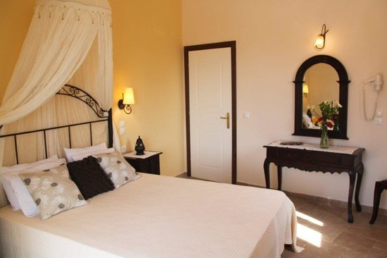 Sebastian's Family Taverna & Accommodation: Two bedroom apartment  - Master bedroom