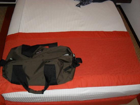 Arte Hotel: Meine 62cm  Eastpak Station Tasche auf dem Bett