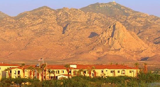 Wyndham Green Valley Canoa Ranch Resort: Hotel is located at the foot of the Santa Rita Mountains