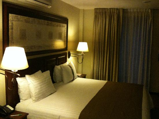 Holiday Inn Hotel & Suites Zona Rosa: Very comfortable bed.