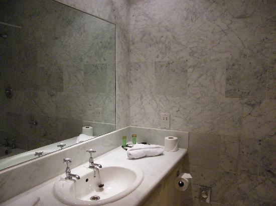 Glenview Hotel: I really like them tiles - only one thing missing: shaving mirror