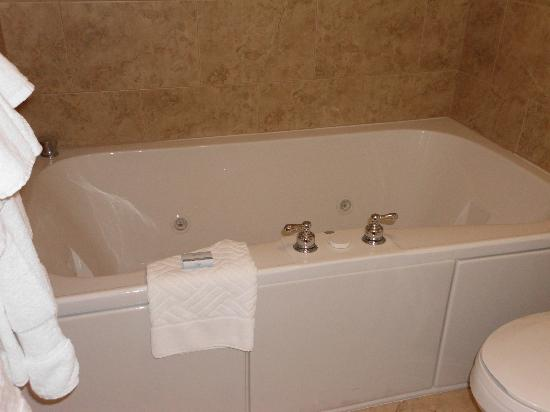 DoubleTree Resort by Hilton Hotel Lancaster: whirlpool in room -- bring your favorite bottle