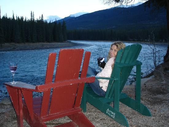 Alpine Village Cabin Resort - Jasper: Chairs by the river