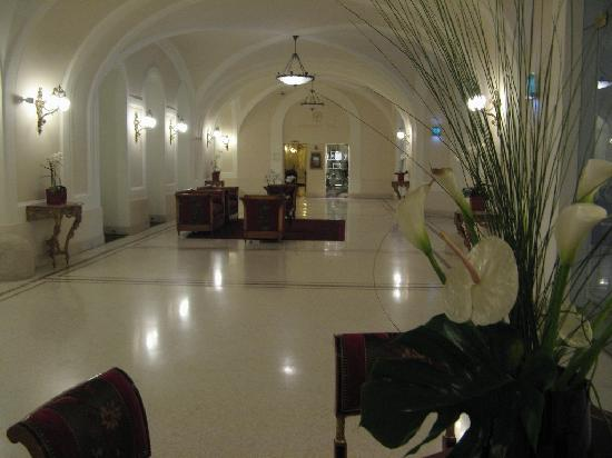 Palais Coburg Hotel Residenz: hallway behind reception