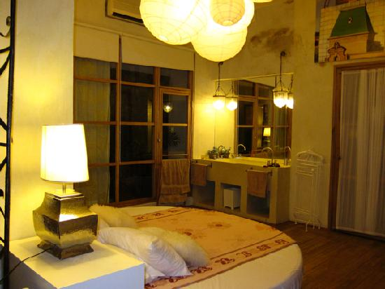 Hotel Casa Lola: The round bed in the master suite