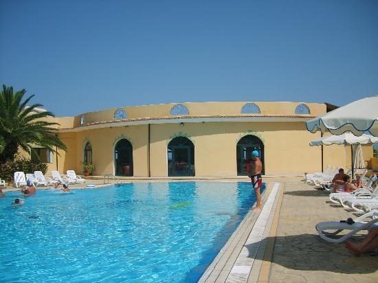 Villaggio Club Green Garden: piscina con scorcio ristorante