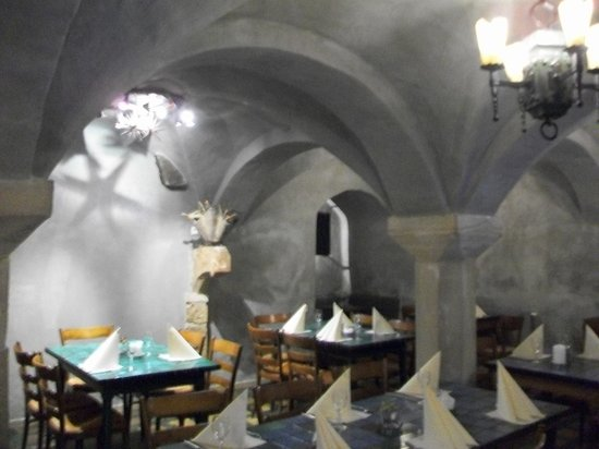 Schlosshotel Lembeck Selting GmbH: Dining area in cavern with vaulted ceilings
