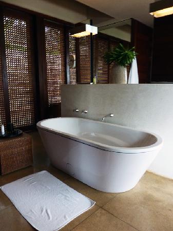Amanwella: bathtub
