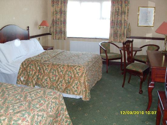 Seven Oaks Hotel: The bedroom