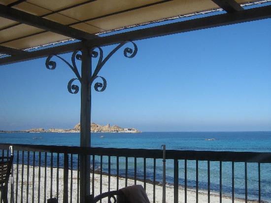 Joseph Charles Residences: Le restaurant s'ouvre directement sur la mer par une vaste terrasse...