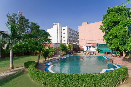 Hotel Atithi, Agra: SWIMMING POOL