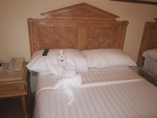 Iberotel Palace: We had very entertaining art on your beds,this was our favourite,this guy was watching TV!