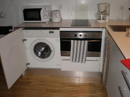 Hostal la Zona: well equipped kitchen