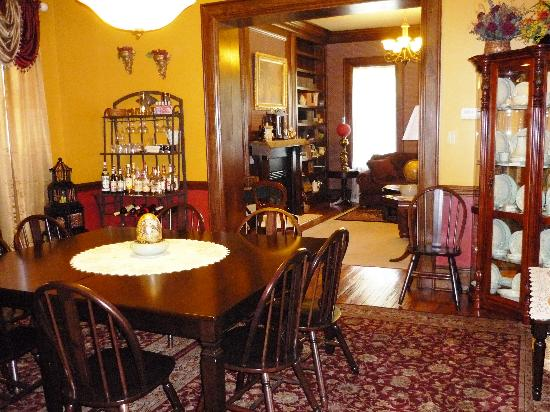 Bayberry House Bed and Breakfast: LIving Room & Dining Room