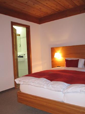 Engadiner Boutique-Hotel GuardaVal: Bed and adjoining bathroom