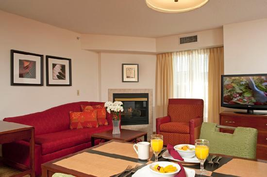 Residence Inn Grand Rapids West: Studio Suite Living Room
