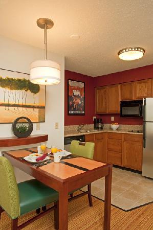 Residence Inn Grand Rapids West: Studio Kitchen