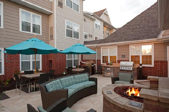 Residence Inn Grand Rapids West: Evening Patio