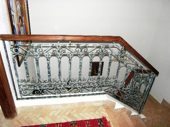 Riad Sesame : escalier fer forge patine