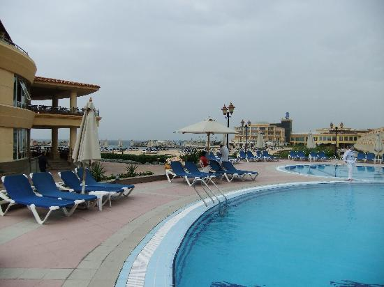 Mediterranean Azur Hotel: Pool with privatebeach in background