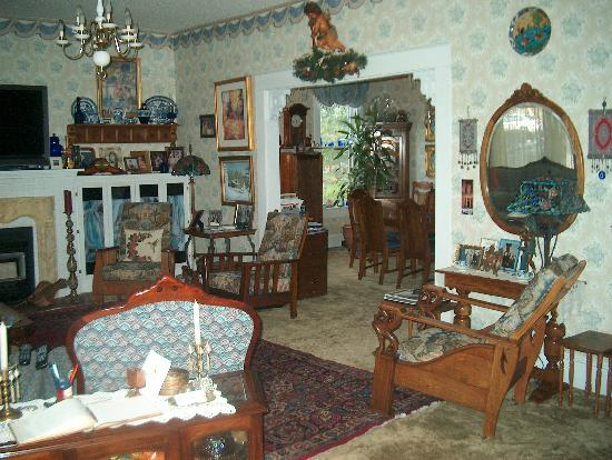 Parkview House Bed and Breakfast: Period furniture, great ambiance