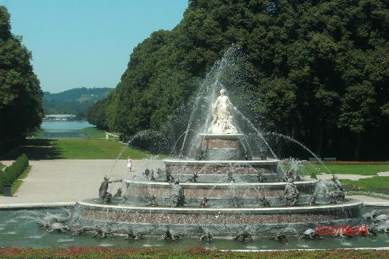 Chiemsee Schifffahrt: Fountain in front Schloss Herrenchiemsee