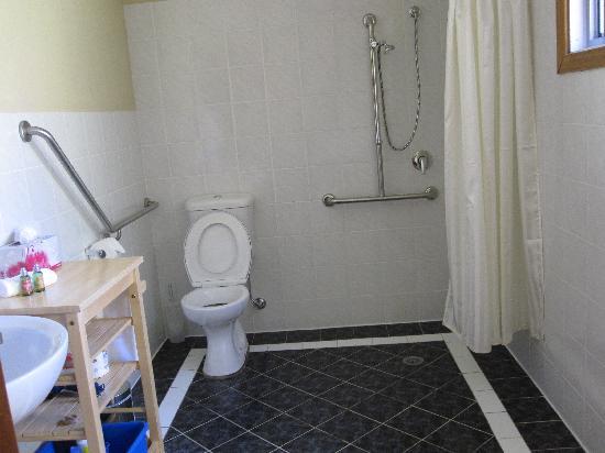 Chez Vous Villas: Huge Bathroom