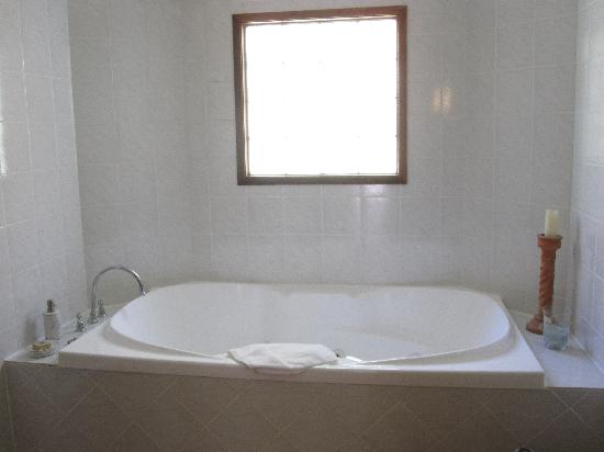Chez Vous Villas: Spa bath in Bathroom