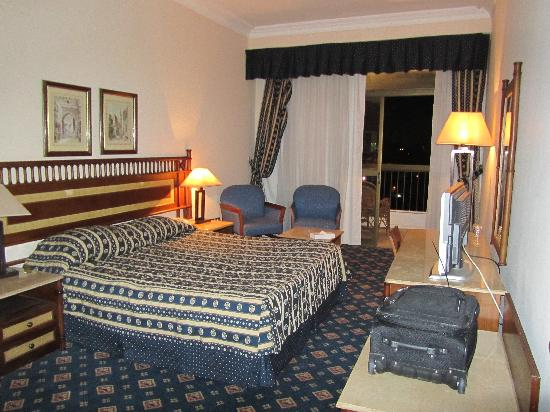 Om Kolthoom Hotel & Tower: King Size bed, with balcony overlooking the Rive Nile