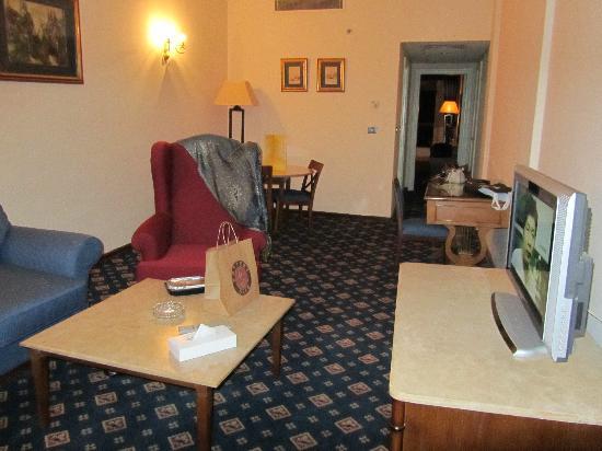 فندق ام كلثوم: The suite, with a huge lounge