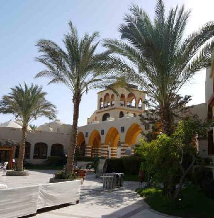 Iberotel Makadi Beach: Blick auf das Haupthaus mit Restaurant und Lobby