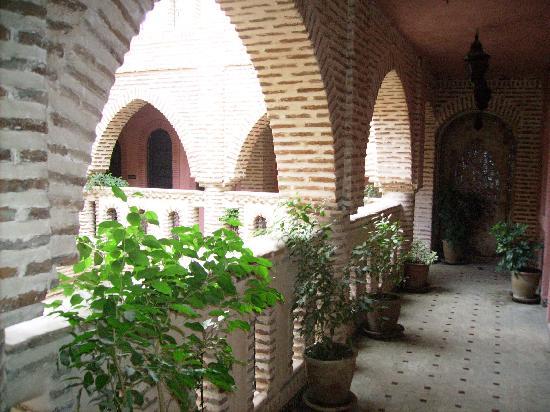 Hotel Salsabil: tout le riyad en en brique pleine qui font sa grande originalité et son style particulier