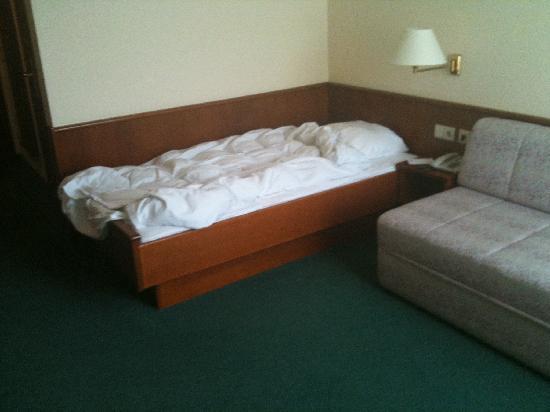 Alleehotel Europa: Zimmer - Bett und Sofa