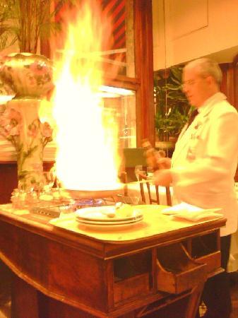 Aux Armes de Bruxelles: Nov_2010 - le Maitre d'Hôtel Guiseppe fait flamber les crèpes