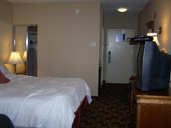Hampton Inn & Suites Palm Desert: Closet is behind mirror in corner
