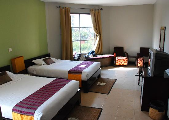 Hotel Cara: Corner room overlooking main road. Spacious and very clean.